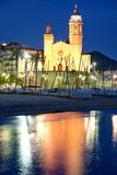 Iglesia de Sant Bertomeu y de Santa Tecla en Sitges por noche Costa Brava, Espa?a Imagenes de archivo