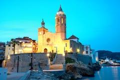 Iglesia de Sant Bertomeu y de Santa Tecla en Sitges por noche Costa Brava, Espa?a Fotografía de archivo
