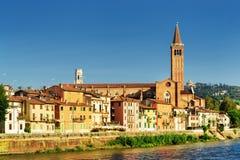 Iglesia de Santa Anastasia en fondo del cielo azul en Verona, Italia fotos de archivo