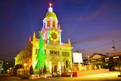 Iglesia de Santa Cruz Cristo con el árbol de navidad en la Navidad por Imagen de archivo