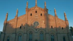 Iglesia de Santa Maria Del Carmine en Pavía, picovoltio, Italia, tiro de la inclinación almacen de video