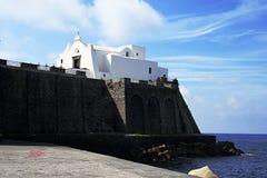 Iglesia de Santa Maria del Soccorso debajo del mar, Forio, isquiones fotografía de archivo libre de regalías