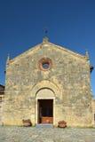 Iglesia de Santa Maria en la ciudad vieja de Monteriggioni, Italia Foto de archivo