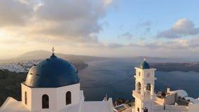 Iglesia de Santorini con la bóveda azul por el Mar Egeo Campanas de iglesia en la isla de Santorini que es una del turista famoso almacen de metraje de vídeo