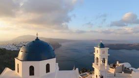Iglesia de Santorini con la bóveda azul por el Mar Egeo Campanas de iglesia en la isla de Santorini que es una del turista famoso metrajes