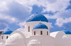 Iglesia de Santorini Grecia con las bóvedas azules y cruz contra el cielo azul Fotografía de archivo