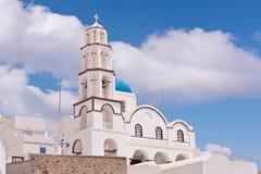 Iglesia de Santorini Grecia con las campanas y cruz contra el cielo azul Fotos de archivo libres de regalías