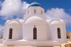 Iglesia de Santorini Grecia con las campanas y cruz contra el cielo azul Foto de archivo libre de regalías