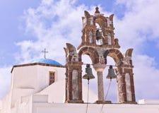 Iglesia de Santorini Grecia con las campanas y cruz contra el cielo azul Foto de archivo