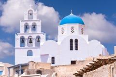 Iglesia de Santorini Grecia con las campanas y cruz contra el cielo azul Fotografía de archivo libre de regalías