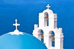 Iglesia de Santorini Grecia con las campanas y cruz contra el cielo azul Imagen de archivo