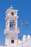 Iglesia de Santorini Grecia con las campanas y cruz contra el cielo azul Imagen de archivo libre de regalías