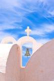 Iglesia de Santorini Grecia con las campanas y cruz contra el cielo azul Imagenes de archivo