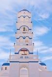 Iglesia de Santorini Grecia con las campanas y cruz contra el cielo azul Imágenes de archivo libres de regalías