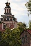 Iglesia de St Casimiro detrás de árboles foto de archivo