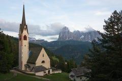Iglesia de St Jacob en el municipio de Ortisei, Italia Imagenes de archivo
