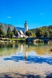 Iglesia de St John el Bautista en el lago Bohinj Imágenes de archivo libres de regalías