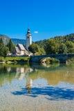 Iglesia de St John el Bautista en el lago Bohinj Imagenes de archivo