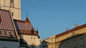 Iglesia de St Mark con los emblemas de Croacia y de Zagreb en el tejado metrajes