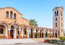 Iglesia de St Nektarios con un campanario Faliraki rhodes Fotos de archivo libres de regalías