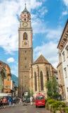 Iglesia de StNicholas con el campanario en Merano Imagen de archivo