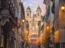 Iglesia de Trinita di monti en el top de escaleras españolas en Roma Imagenes de archivo