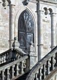 Iglesia de Vladimir en Bykovo Área de Moskovskaya puertas del hierro labrado al templo del castillo Imágenes de archivo libres de regalías