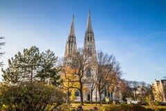 Iglesia de Votiv en Sigmund Freud Park en Viena, Austria Imagenes de archivo