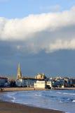 Iglesia de Weymouth en Inglaterra meridional en un día asoleado, tempestuoso Imagenes de archivo