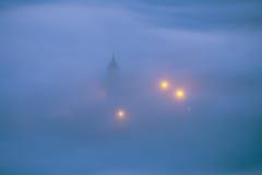 Iglesia debajo de la niebla en la noche en Aramaio Imágenes de archivo libres de regalías