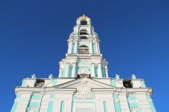 Iglesia debajo del cielo azul Fotos de archivo libres de regalías