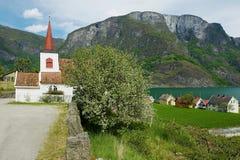 Iglesia del bastón exterior en Undredal, Noruega Construido en siglo XII, es la iglesia más pequeña de Noruega foto de archivo
