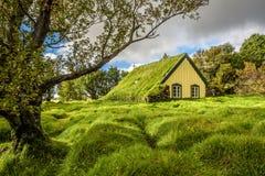 Iglesia del césped en el pueblo islandés de Hof, Skaftafell Islandia Foto de archivo