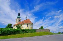 Iglesia del cementerio en Sedlcany, República Checa Fotografía de archivo libre de regalías