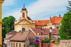 Iglesia del corazón más sagrado de nuestro señor y de Ursuline Convent detrás de los tejados en Kutna Hora, República Checa fotos de archivo