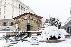 Iglesia del  del St Petka Samardzhiyska†cubierta con nieve Foto de archivo