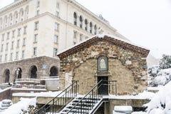 Iglesia del  del St Petka Samardzhiyska†cubierta con nieve Foto de archivo libre de regalías