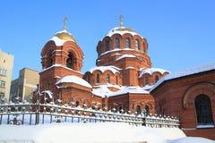 Iglesia del ladrillo del día escarchado de Alexander Nevsky diciembre en Novosibi foto de archivo
