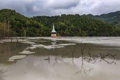 Iglesia del lago contaminado en Rumania imagen de archivo