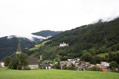 Iglesia del nicolo de San en el pueblo de Burgusio o de Burgeis en el Trentino-alto el Adigio, Italia Foto de archivo libre de regalías