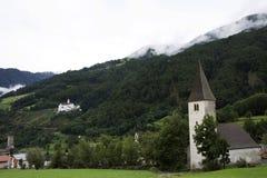 Iglesia del nicolo de San en el pueblo de Burgusio o de Burgeis en el Trentino-alto el Adigio, Italia Imagen de archivo libre de regalías