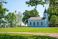 Iglesia del país, bandera americana y cementerio Fotos de archivo