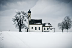 Iglesia del paisaje del invierno Imagenes de archivo