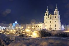 Iglesia del paisaje en Minsk el noche de la Navidad Fotos de archivo