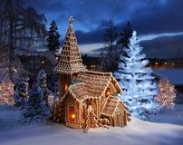 Iglesia del pan de jengibre con el árbol de navidad encendido Fotos de archivo libres de regalías
