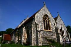 Iglesia del pedernal contra el cielo azul profundo Imagenes de archivo