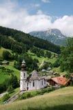 Iglesia del peregrinaje de Maria Gern con la montaña Watzmann Foto de archivo