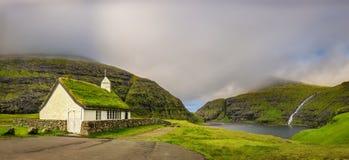 Iglesia del pueblo y un lago en Saksun, Faroe Island, Dinamarca Foto de archivo