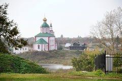 Iglesia del ` s de Elías del profeta en la colina de Ivan's - paisajes urbanos de Suzdal Fotos de archivo libres de regalías