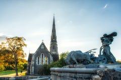 Iglesia del ` s de Gefion Fountain y del St Alban, Copenhague Dinamarca fotos de archivo